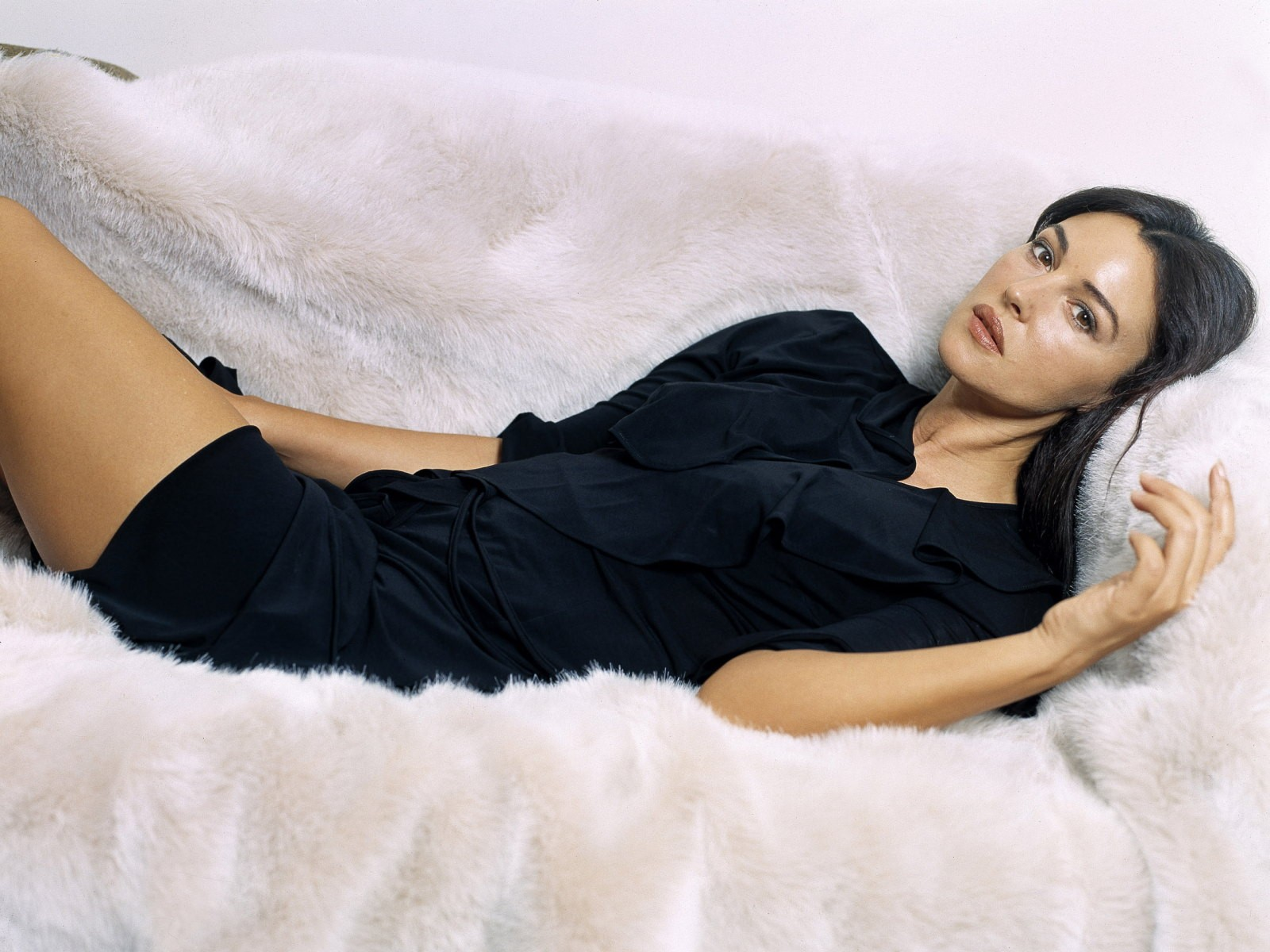 Monica bellucci hot best quality hd pictures all hd for Sexy bed photos